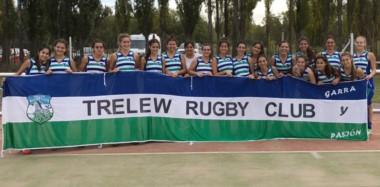 """Las jugadoras de las """"Cebras"""" posaron con una bandera del club, luego de obtener una estupenda goleada en el debut del certamen en Neuquén."""