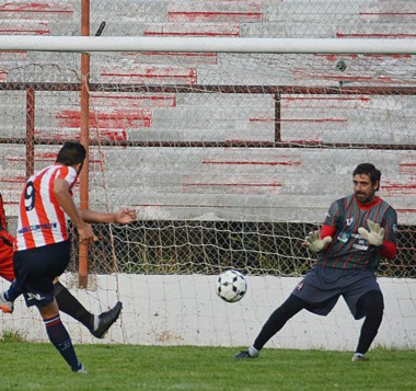 """La """"Academia"""" goleó por 3 a 0 a Independiente, en una nueva versión del clásico trelewense. Lidera su zona."""