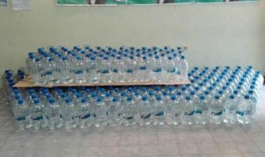 Más de 400 bidones de agua fueron donados y se esperaban más.