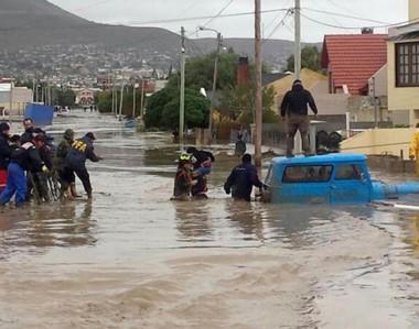 Rescates. Policías, vecinos y funcionarios sacan a más gente afectada por tanta agua en el sur provincial.