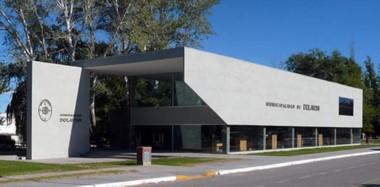 """El edificio  Municipal de Dolavon cuyo nombre significa """"Prado del Río"""" o """"Vuelta del Río"""". Pueblo embellecido por las tradicionales norias."""