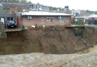 Al borde. Una de las viviendas de uno de los barrios críticos tiene poco margen de resistencia si es que se repite una lluvia tan fuerte.
