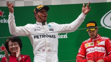 Hamilton consiguió 54º triunfo en el circuito de Shanghai y logro ascender a lo más alto del Mundial.