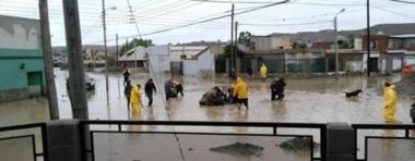Desastre. El buque de la Armada llega con elementos de auxilio de todo tipo para los vecinos de Comodoro.