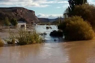 Agua. Tres familias de Las Plumas se autovacuaron por precaución. El río creció a un nivel histórico.