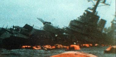 Fotografía del hundimiento del ARA General Belgrano el día 2 de mayo de 1982 durante la Guerra de Malvinas