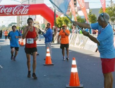 Matías Vivas llegando a la meta. El trelewense registró 33.06 minutos.