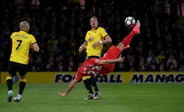Un golazo de chilena de Can acerca al Liverpool a la Champions.