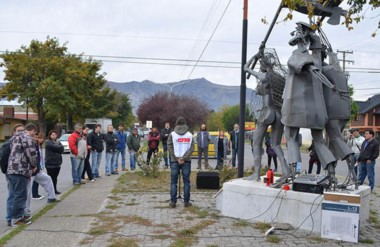 Pocos. Un escaso grupo de trabajadores se convocó en un monumento simbólico con los discursos del día.