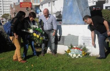 En el marco del acto se colocaron ofrendas florales al pie del monumento que recuerda a los trabajadores.
