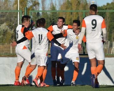¡Que los cumplas feliz! Martín Cheuquepal, con la 10 y autor del  gol de la victoria, recibe abrazos.