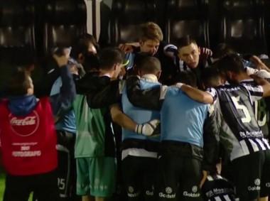 Abrazo de los jugadores de Gimnasia de Mendoza tras eliminar a Quilmes, en cancha de Temperley.