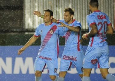 Arsenal, que logró la permanencia en la primera división, quiere seguir en Sudamericana.