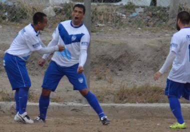 Rafael Bellido celebra el primer gol de Roca. De emboquillada, el guardiacárcel abrió el marcador ayer en cancha auxiliar de La Ribera.