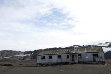Una antigua ballenera noruega, en pleno corazón de la Antártida, que aún conserva muebles, ropa y recuerdos de las 200 personas que hace más de un siglo habitaron este remoto territorio. (Foto EFE)