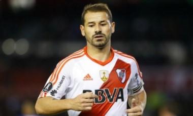 Rodrigo Mora iba a ser titular el jueves en Perú, pero no podrá ni siquiera viajar por una lesión.