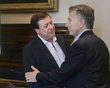 El gobernador de Río Negro junto al presidente Mauricio Macri.