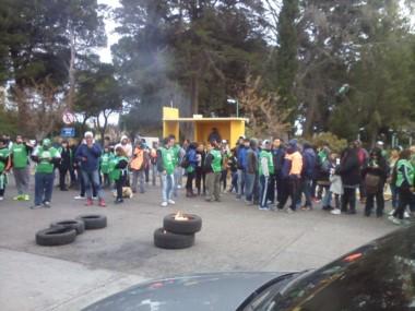 El personal de planes protestó frente al municipio (foto @natiaferrari)