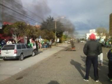 Hubo quema de cubiertas frente a la comuna (foto @natiaferrari)