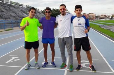 Los atletas chubutenses Joaquín Arbe, Gerardo Haro, Leo Price y Miqueas Ferreti, en la pista de Resistencia.