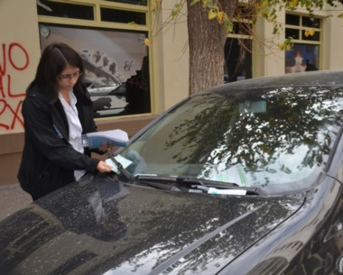 Revisión. Una empleada de Rentas verifica el pago de patentes en Trelew.