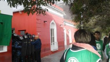 Personal policial frente al ingreso a la comuna (@natiaferrari)
