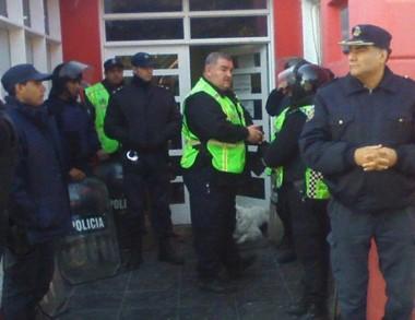 El personal policial custodiando el edificio durante la jornada de ayer.