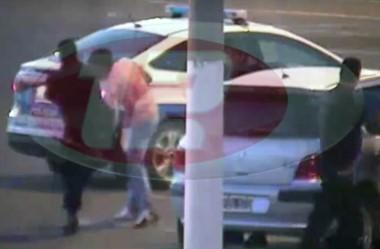 Imagen captada por las cámaras de monitoreo en la agresión de un policía a un joven en Madryn (fuente MadrynTV)