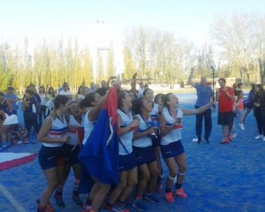 Desbordadas de felicidad, las jugadoras de Madryn festejaron en Neuquén. La alegría perdurará varios días.