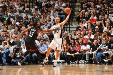 Houston anotó 22 triples frente a los San Antonio Spurs. Un asedio continuo y sin descanso.