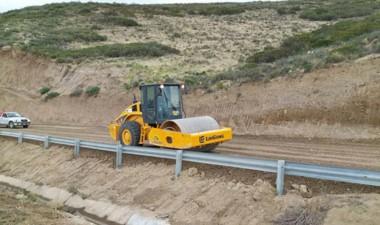 Uno de los trabajos que se realizan es en el camino Roque González.