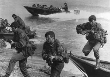 Los excombatientes Antonio González (izq) y Claudio Barcos, contaron el incidente de1982 cuando se enfrentaron a los tiros contra un comando inglés que desembarcó en Comodoro Rivadavia.