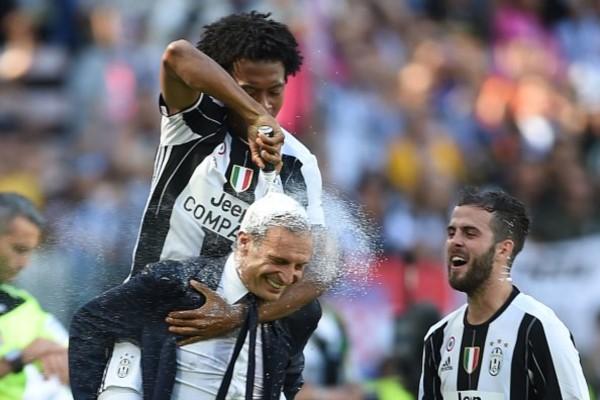 El divertido festejo del colombiano Cuadrado con el técnico Allegri.