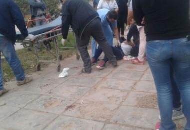 Personal médico asiste a la adolescente de 14 años, apuñalada por otra compañera frente a su escuela. (Foto:Cedoc)