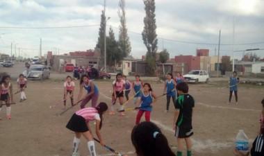 Además de rugby, fútbol y boxeo, el hockey también llegó a los barrios.