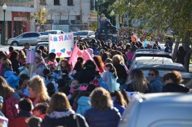 Padres docentes y alumnos marcharon ayer desde el Colegio  PJM  hasta la  Capilla María Auxiliadora.