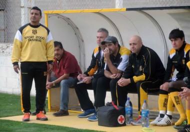 Víctor Zwenger toma nota en el banco de suplentes del Deportivo Madryn, acompañado por Edgar Galeano y el resto del cuerpo técnico.