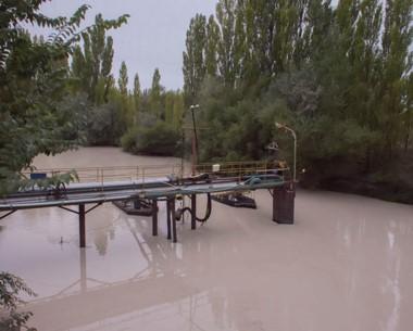 El río Chubut alcanzó altos niveles de turbiedad tras el temporal.