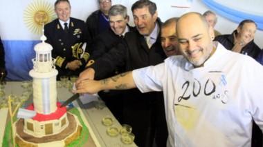 Las autoridades cortaron una torta que homenajea al faro (foto Rio Negro)