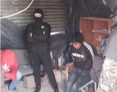 Atrapado. Uno de los allanamientos en el barrio Tiro Federal, donde uno de los sujetos fue detenido.