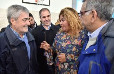 Funcionarios. Das Neves junto con Pablo Oca, Leticia Huichaqueo y Ricardo Bulacios en la entrega de casas.