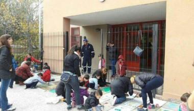Padres, docentes y alumnos pintando las veredas.