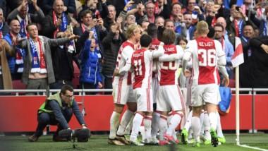 Ajax venció en Holanda a Lyon por 4 a 1 y quedó cerca de la final de la Europa League.
