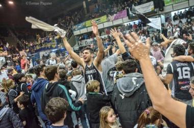 Estudiantes de Olavarría festeja el título de la zona sur y el acceso a la final por un ascenso a la Liga Nacional.
