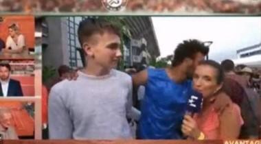 El tenista de 21 años le dio besos a una periodista mientras lo entrevistaba.