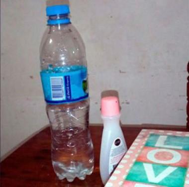 La botella de agua mineral y el envase de quitaesmalte que la policía de Concordia secuestro del aula de la maestra envenenada.