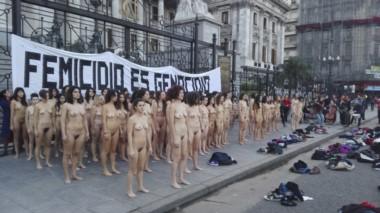 El grupo de mujeres dramatizó con un desnudo la violencia machista contra el género femenino.