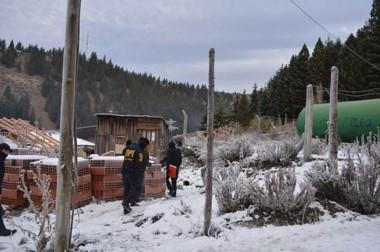 Los policías cordilleranos fueron a Cañadón de Bórquez a buscar indicios y efectuaron 3 allanamientos.