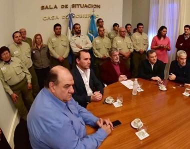 Juntos. Los guardafaunas beneficiados durante la firma del convenio para ejecutar las esperadas casas.