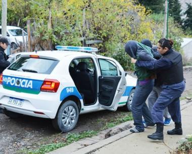Adentro. Momentos en que  en uno de los allanamientos se llevaban detenido a uno de los sospechosos.